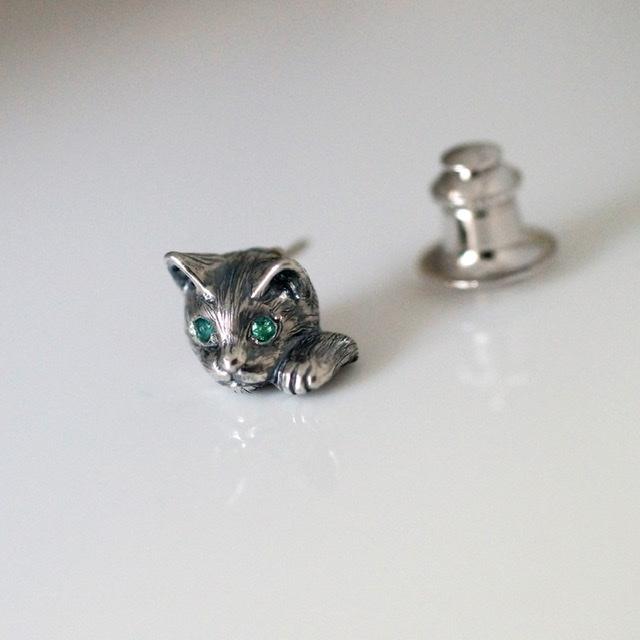 エメラルドの瞳猫ピンブローチ