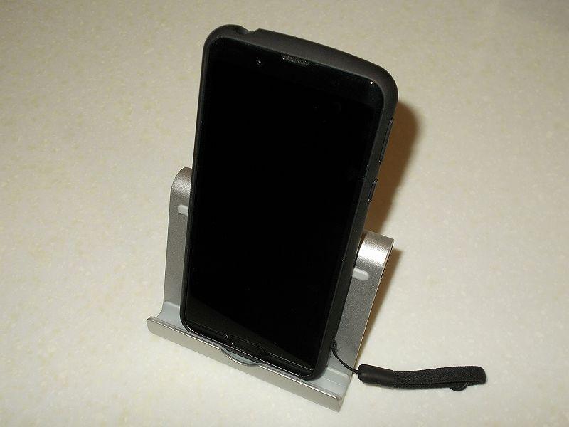 スマートフォン AQUOS sense3 SH-02M 乗り換えのため、便利なアクセサリー一式を購入しました、スマホ&タブレット用スタンド Anker Multi-Angle Stand 77ANSTAND-SA に AQUOS sense3 SH-02M を縦置きしたところ