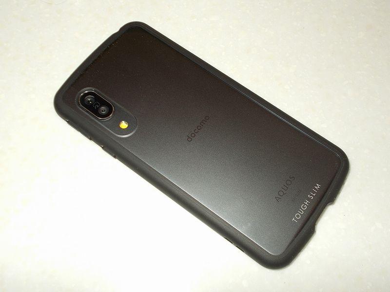 スマートフォン AQUOS sense3 SH-02M 乗り換えのため、AQUOS sense3 SH-02M にスマホケース エレコム TOUGH SLIM LITE PM-AQS3TSLCR 装着後