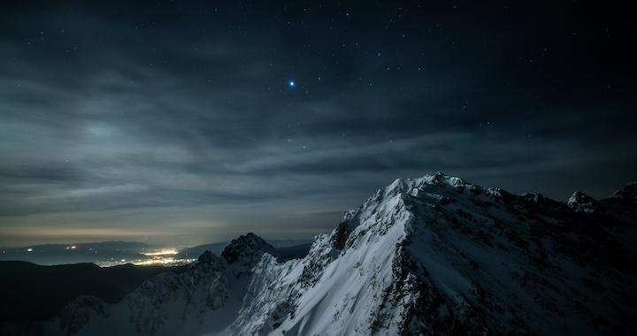 星々の記憶_4K_023_夜景と雪山雪煙