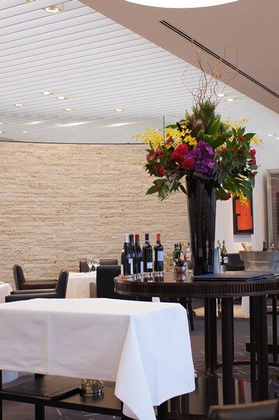 豪華なお花の飾られたレストランの店内