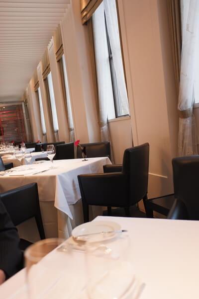 真っ白なテーブルクロスのかかったテーブル
