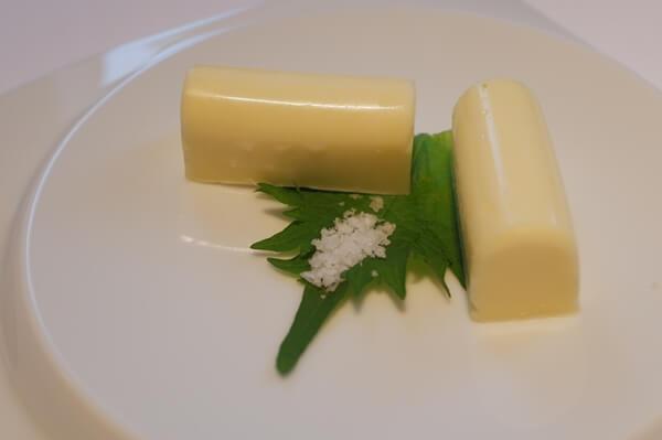 上品に盛られたバター
