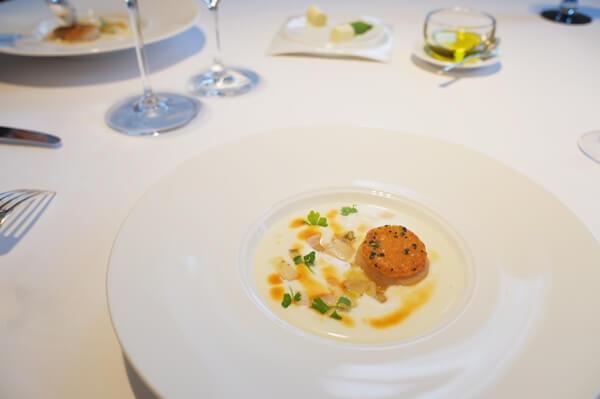 白いテーブルと白いお皿でお料理が映える