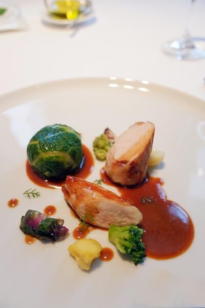 鶏むね肉と股肉という珍しい部位が美しいお料理に