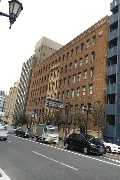 土佐堀通りにあるレンガ造りの重厚なビル