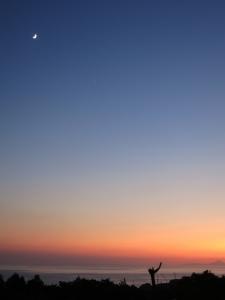 191101-41=夕焼けと三日月 avc トカラ列島fm庵前庭