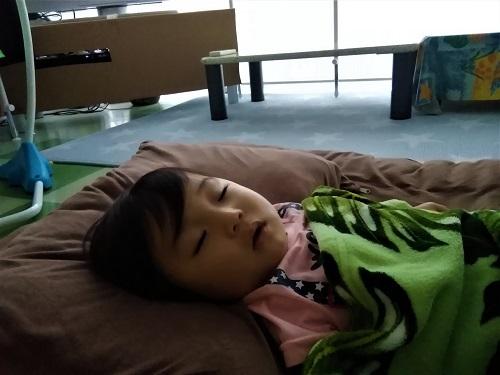 台風のなかで眠る子