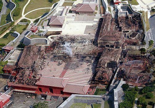 火災現場となった首里城の北殿(左)、正殿(中央)、南殿(右)、奉神門(手前の燃えていない建物)=31日午後1時32分、那覇市首里f4ce76284404d27a364348caa070ddc8
