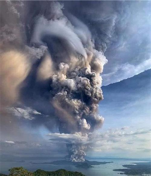 タール火山「83170286_178480323502496_6305938625427144704_n