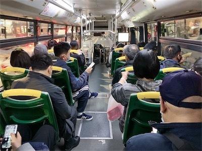 徐々に通勤バスの乗客も増えはじめET8rfd8UEAESa2r