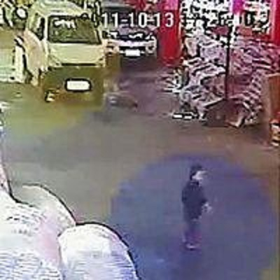 支那広東省で、車にひかれ、倒れて苦しむ女児(中央下)のすぐ脇を歩いて素通りする若い男性
