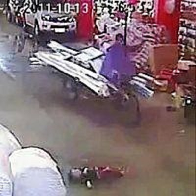 支那広東省で、車にひかれ、倒れて苦しむ女児(中央下)のすぐ脇を歩いて素通りする