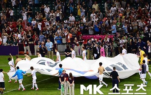 2012年8月10日、ロンドン五輪サッカー男子3位決定戦で、パク・ジョンウ(朴従愚)ら韓国代表チームは、五輪憲章に違反してオリンピックエリア内で政治的宣伝活動(独島セレモニー)をした!