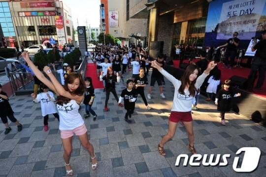 2013年10月12日、韓国のロッテ百貨店浦項店では、『第2回・独島Dayイベント』が行われ、韓国の糞餓鬼どもが「独島は我が領土」を歌って踊っていた!