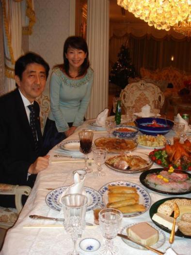 安倍晋三と安倍昭恵の夫婦は、支那工作員兼詐欺師として、京劇俳優の呉汝俊(ウー・ルーチン)よりも遥かに有名なアグネス・チャン(陳美齡)とも家族ぐるみで交際している。