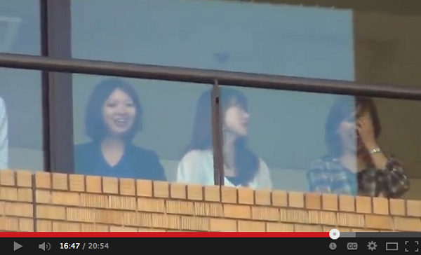 2012年10月5日、朝日新聞に対して抗議活動をする日本国民たちを笑いながら見下ろしていた朝日新聞東京本社の社員たち