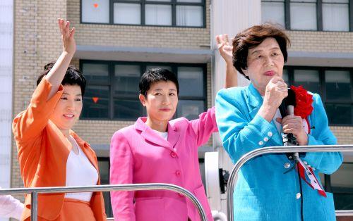 平成8年(1996年)に、辻元清美は、社民党党首の土井たか子(北朝鮮工作員テロリスト)から誘いを受け、「生コンのドン武健一」率いる凶悪犯罪テロ組織「連帯ユニオン関西地区生コン支部」の全面支援を受けて当選