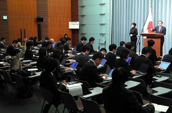 菅義偉官房長官の記者会見で挙手をする東京新聞・望月衣塑子記者(左)