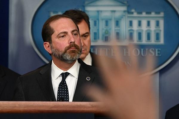 31日、ワシントンで記者会見するアザー米厚生長官(AFP時事)