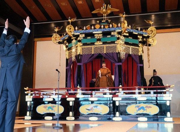 朝日新聞「天皇が国民を見おろすことや三種の神器は国民主権や政教分離にそぐわない」即位礼正殿の儀