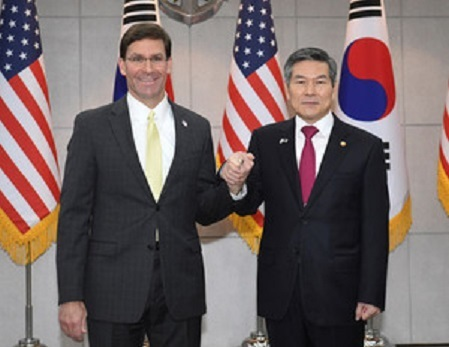 11月15日、エスパー米国防長官(左)は、在韓米軍の駐留経費について、韓国側の負担増額を求めた。代表撮影(2019年 ロイター)