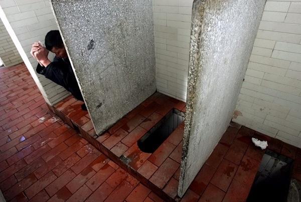 中国の誇るニーハオトイレ 支那が誇る「ニーハオ」トイレ!有り得ない!汚い!誰も手を洗わない!の3拍子!