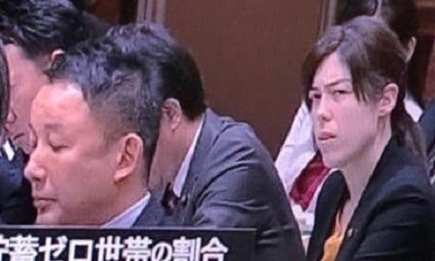 自民党 小野田紀美議員のアホの山本太郎を見る目が「ゴキブリ」を見るような嫌悪感一杯だと話題に!