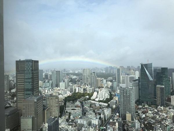 皇居をまたがる形で虹がかかってる。 こんなことってあるですね〜
