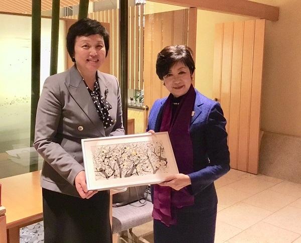 小池百合子は、2019年12月に北京に訪問し、清華大学にも訪問