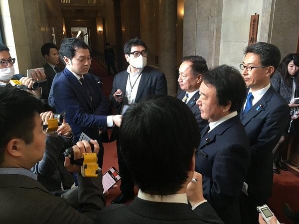 自民党議員の歳費から中国政府への見舞金天引き報道について、参議院議員総会で青山議員と二人で発言した後、二階幹事長に任意寄付であるべきと申し入れた。