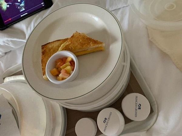 20203010グラプリとダイプリの食事の格差が話題に・クルーズ船「グランドプリンセス」の部屋に隔離後の食事