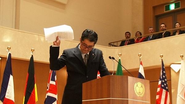 2091030墺の日本大使館が反日展!安倍に扮し「侵略戦争で大虐殺した」日本オーストリア友好150周年事業