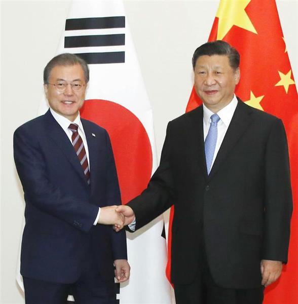 国内外に問題を抱える中国の習主席(右)と韓国の文大統領 (聯合=共同)