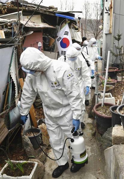ソウルの低所得者層が住む地域を消毒する作業員ら(共同)