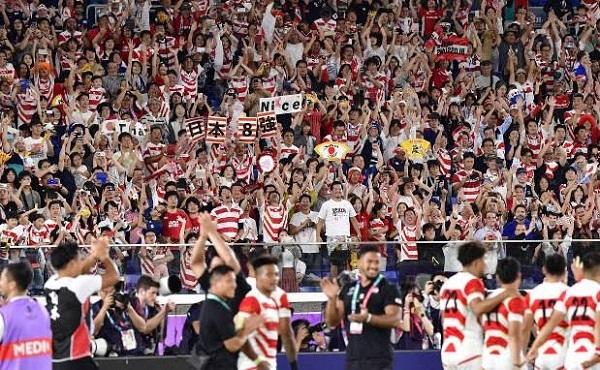 【日本-スコットランド】決勝トーナメント進出を決めた選手たちを総立ちでたたえる観客たち=横浜・日産スタジアムで2019年10月13日午後9時50分、藤井達也撮影