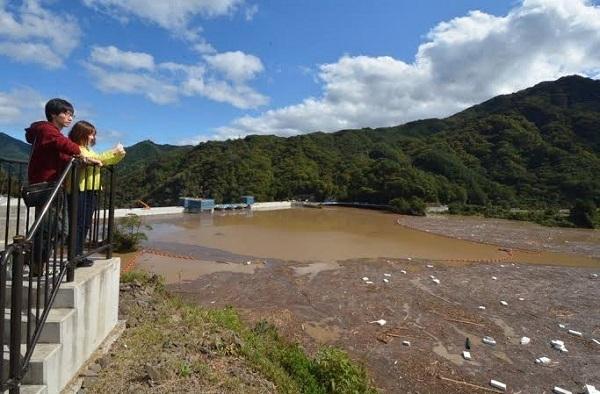 台風19号の影響で、濁った水がほぼ満杯近くまでたまった八ツ場ダム=群馬県