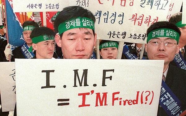IMF主導の構造改革に反対する労働者(AFP=時事)