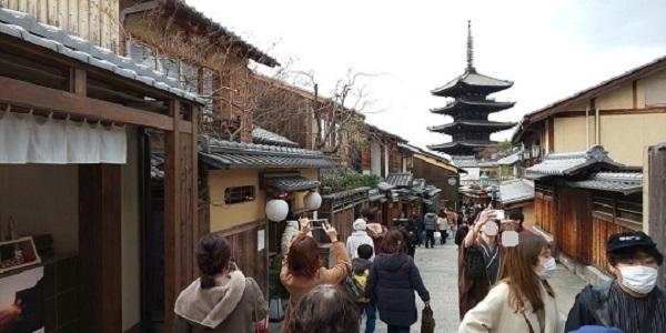 「人がいない京都」を聞きつけた日本人で賑わう京都二寧坂・産寧坂