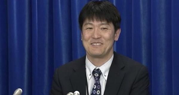 ヘラヘラ笑って日本国内での感染拡大について記者会見する厚生労働省結核感染症課の日下英司課長