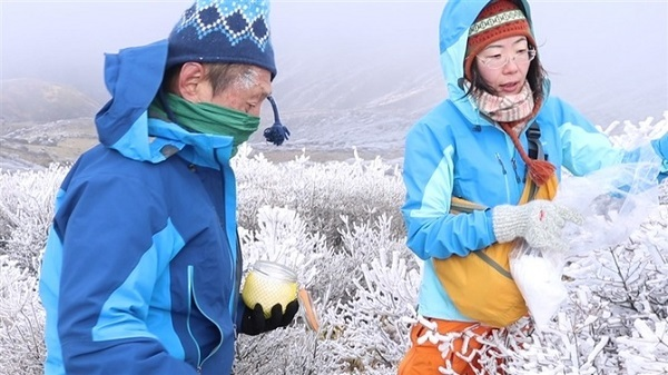 大分県の九重連山で樹氷を採取する永淵修客員教授(左)と中澤暦研究員(福岡工業大提供)=昨年12月