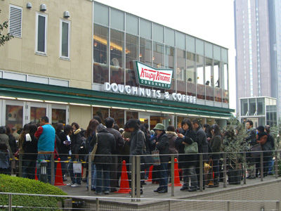 クリスピー・クリーム・ドーナツの店舗には連日2時間近く待つ長蛇の列!