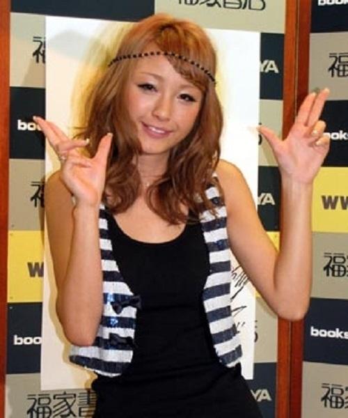人差し指と中指をくっ付けるピースサインは、「チョッパリピース」(略して「チョリーッス」)と呼ばれ、韓国人や朝鮮人が日本人を侮蔑するサインとされている!