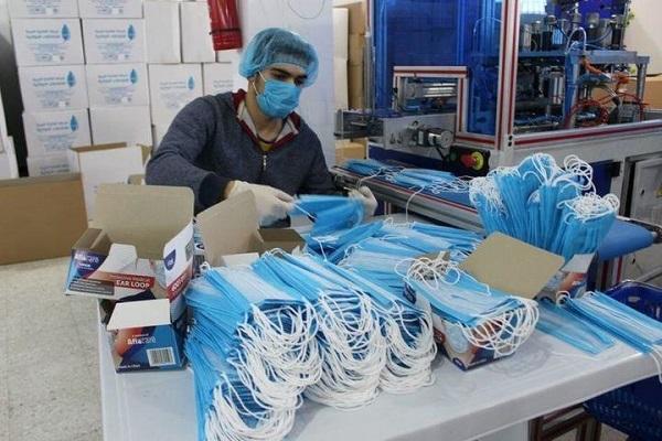 新型コロナウイルスに対応する医療従事者を守るためのマスクを確保する動きが世界中で加速しており、マスク市場は「ワイルド・ウエスト」(無法で粗野な米国開拓時代)と化している。リビアのマスク工場。3月撮影