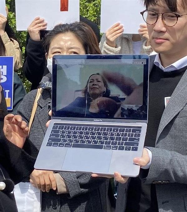 韓国政府に損害賠償を求め提訴した、ベトナム人のグエン・ティ・タンさんを映したパソコン20200423ベトナム戦争被害者が訴訟!韓国政府が初の「加害者」に!韓国人の屁理屈がマジキチ過ぎて理解不可能