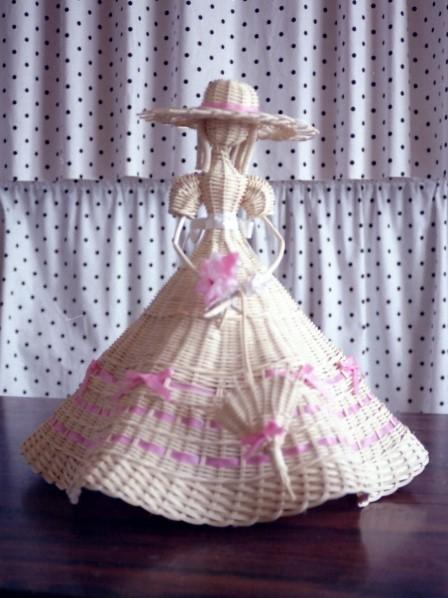 籐作品 パラソルを持つ人形 2