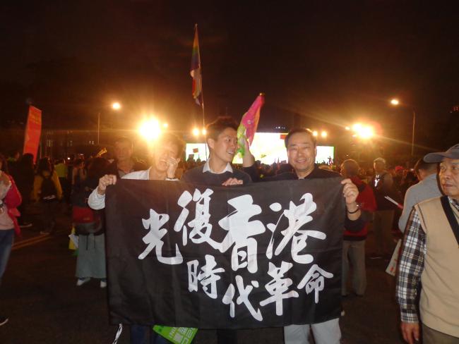 台北総統府前10日香港若者