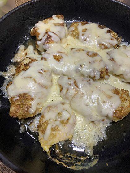 鶏胸肉のカレーピカタチーズ焼き