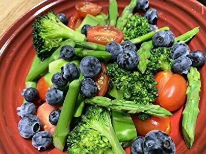 緑と赤とブルーベリーのサラダ