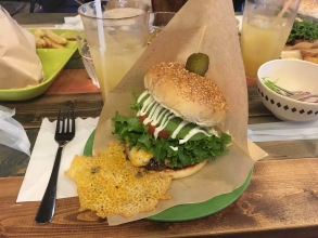 格別!ボアソルチ(BOASORTE BURGER&BAR)で沖縄で巨大バーガーを食らう!